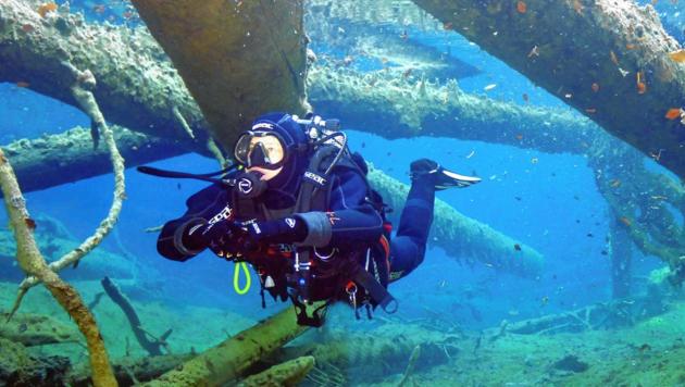Die 40-Jährige taucht gern unter! Die Hobby-Sportlerin kennt selbst die verborgensten Plätze im Weißensee. (Bild: Karoline Turnschek)
