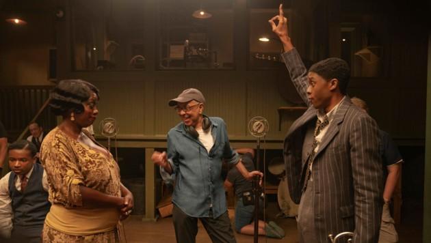 """Viola Davis und Chadwick Boseman mit Regisseur George C. Wolfe während der Dreharbeiten zu """"Ma Rainey's Black Bottom"""" (Bild: NETFLIX/AP)"""