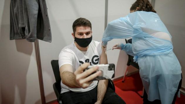 In Serbien wurden zwischenzeitlich auch Ausländer kostenlos gegen Covid-19 geimpft. (Bild: AFP)
