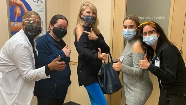 """Christie Brinkley überzeugte mit der perfekten Outfit-Wahl für ihre Corona-Impfung: einen Pulli mit """"Guckloch"""" an Schulter und Oberarm. (Bild: instagram.com/christiebrinkley)"""