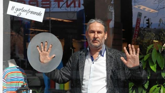 Gerald Eschenauer hinter Glas: Wir brauchen Literatur! (Bild: Julia Jank)