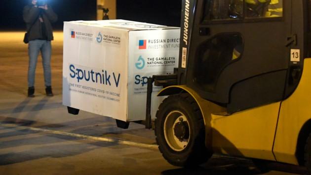 """""""Sputnik V""""-Lieferung am slowakischen Flughafen Kosice (Bild: AP)"""