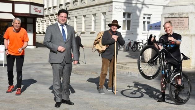 Laufen, wandern, radeln: Lions-Vize Simhofer, Stadtchef Szirucsek, Vereinspräsident Schneider, Aktions-Erfinder Fischer (v. li.). (Bild: 2021psb/sap)