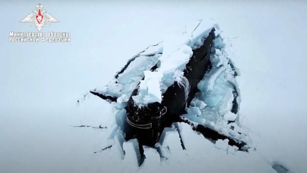 Ende März ließ Russland seine U-Boote in der Arktis Übungen durchführen. Dabei wurde auch die meterdicke Eisdecke durchstoßen. (Bild: AP)