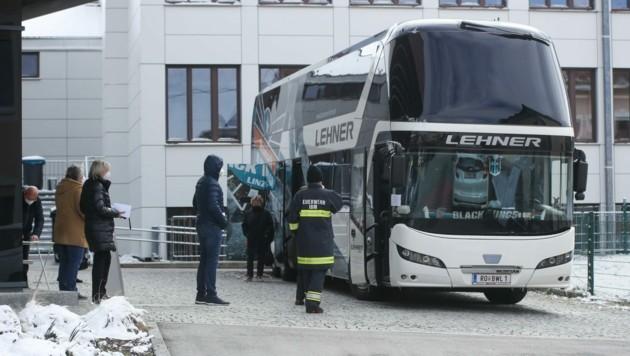 Der Testbus im Einsatz – am Weg blieb er im Schnee stecken (Bild: Scharinger Daniel)