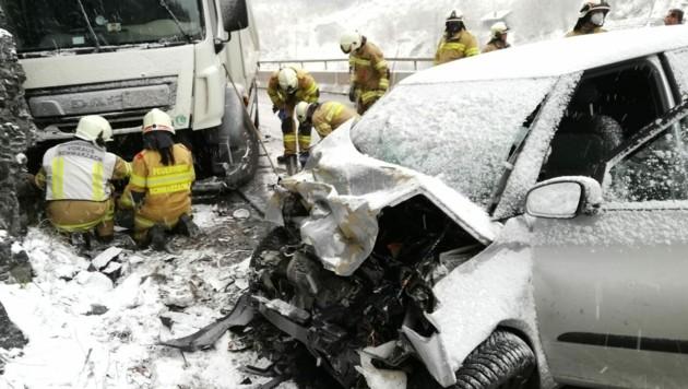 Lenkerin verstarb Stunden nach dem Crash (Bild: FF Schwarzach)