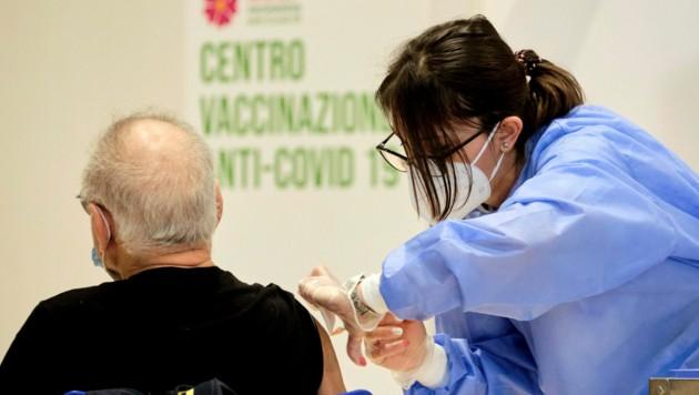 In Italien trat im April ein Gesetz in Kraft, wonach Beschäftigte privater und staatlicher Gesundheitsdienste, von Apotheken und Arztpraxen sich gegen Covid-19 impfen lassen müssen oder ohne Bezahlung freigestellt werden, sofern sie nicht an anderer Stelle eingesetzt werden können. (Bild: LaPresse)
