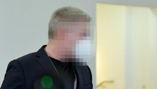 Der als Zeuge geladene mutmaßliche Drahtzieher des Ibiza-Videos vor seiner Befragung im parlamentarischen U-Ausschuss (Bild: APA/ROLAND SCHLAGER)