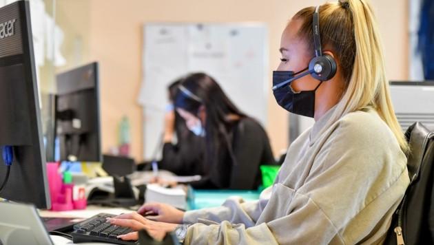 Zu den Spitzenzeiten sitzen 220 Mitarbeiter am Telefon, um Corona-Fragen zu beantworten. (Bild: Dostal Harald)