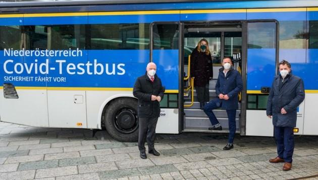 Stellten in St. Pölten die Testbusse vor: Helmut Miernicki (Ecoplus), Königsberger-Ludwig, Danninger und Ecker (v. li.). (Bild: NLK Burchhart)