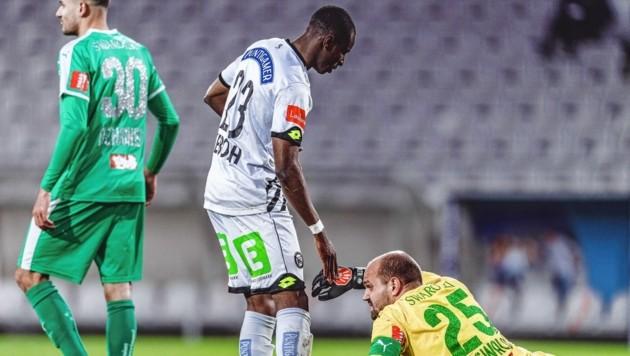 Nach seinem Premieren-Treffer für Sturm half Kelvin Yeboah seinem Tiroler Ex-Goalie Oswald tröstend auf die Beine. (Bild: EXPA Pictures. Alle Rechte vorbehalten. // EXPA Pictures. All rigths reserved.)