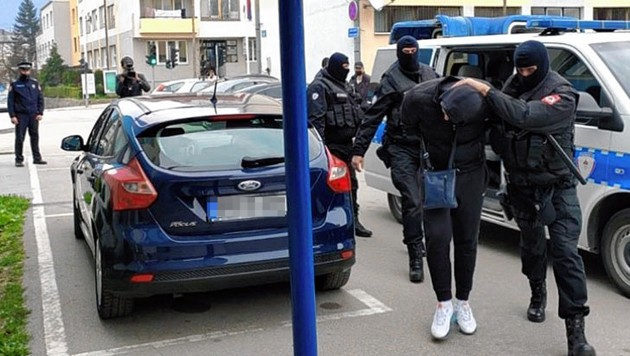 Einer der Betrüger auf dem unsanften Weg in die Zelle (Bild: Polizei, krone.at)