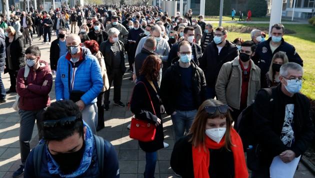 Tausende kamen am letzten Märzwochenende aus den Nachbarländern nach Serbien, um sich etwa bei der Belgrader Messe eine Corona-Impfung abzuholen. (Bild: AP)