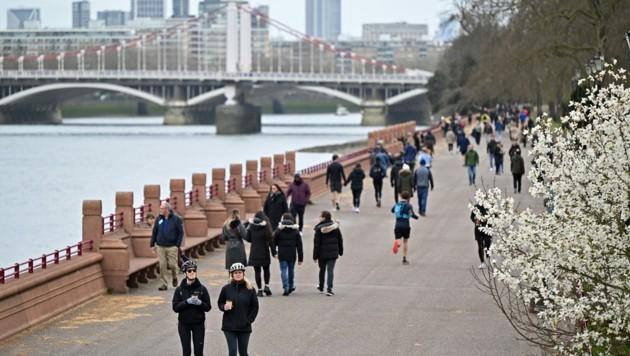 In London zieht es an warmen Frühlingstagen viele Briten nach draußen - bald sind auch Nicht-Geimpfte durch die Herdenimmunität geschützt. (Bild: AFP)