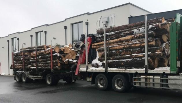Der überladene Holztransporter wurde bei Salzburg-Mitte angehalten. Er war um einige Tonnen zu schwer. (Bild: LPD Salzburg)