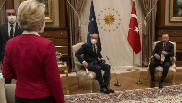 Während EU-Ratspräsident Michel neben Erdogan auf einem großen Sessel Platz nahm, blieb für EU-Kommissionspräsidentin von der Leyen und Außenminister Cavusoglu nur das Sofa. (Bild: AFP or licensors)
