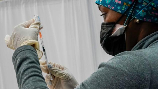 Eine Krankenschwester in New York füllt eine Spritze mit dem Impfstoff von Johnson & Johnson. (Bild: AP)