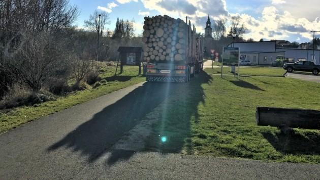 """Ein Holz-Lastwagen auf dem Radweg """"Thayarunde"""" als Versinnbildlichung eines Problems, das die Waldviertler immer mehr belastet. (Bild: Zukunftsraum Thayaland)"""