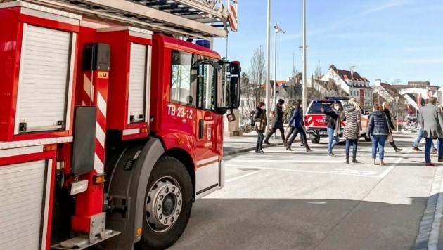 Brandalarm heute Morgen gegen 9 Uhr in Eisenstadt: Die Feuerwehr fuhr vor dem Landhaus auf, die Mitarbeiter warteten in aller Ruhe im Freien den schnellen Einsatz der Florianis ab. (Bild: Landhaus Eisenstadt)