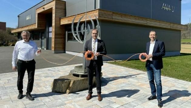 Landesrat Schneemann (Mitte) bei der Firma ANA-U, die jetzt ans Breitband-Internet angeschlossen wurde. (Bild: Christian Schulter)