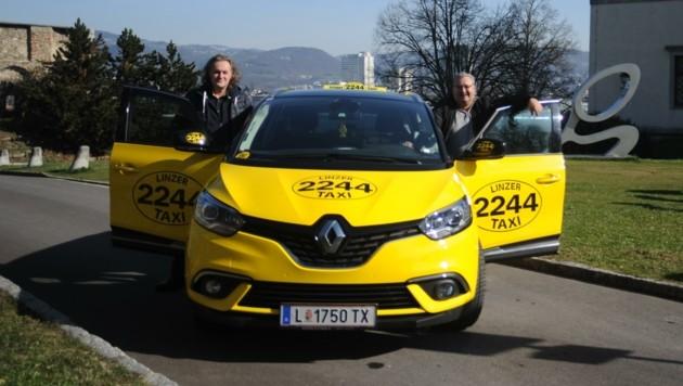 Robert Neuhold (Betriebsleiter) mit dem gutherzigen Taxilenker Robert Petschenik (re.), der 350 Kilometer fuhr (Bild: Linzer Taxi 2244)
