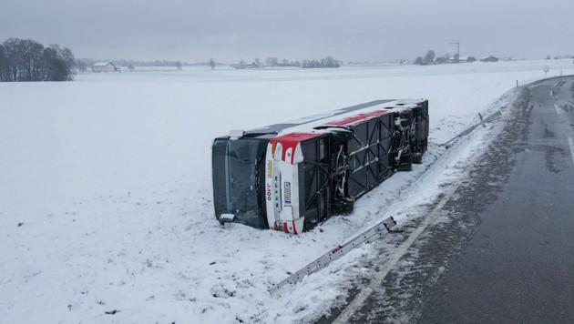 Der 24-Tonnen-Bus war nach einer leichten Linkskurve über die zwei Meter hohe Böschung gestürzt. (Bild: Pressefoto Scharinger © Daniel Scharinger)