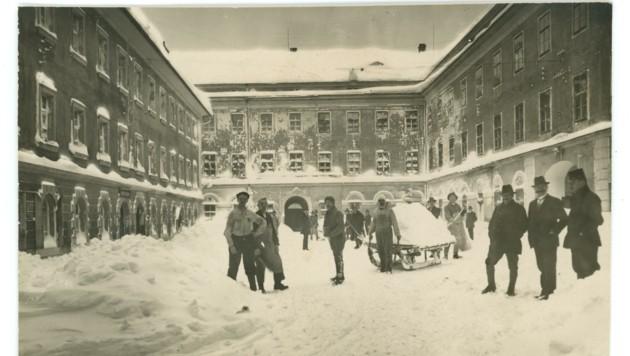Die Arbeiter packten an, als 1923 der Innenhof der Fabrik unter Schneemassen begraben wurde. (Bild: Tyrolia Verlag)