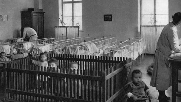 Ein eigenes Säuglingsheim zeigte schon 1927: Die damalige Werksleitung war sozial eingestellt. Aufgrund der räumlichen Beengtheit wurde die Station 1944 aber geschlossen. (Bild: Tyrolia Verlag)