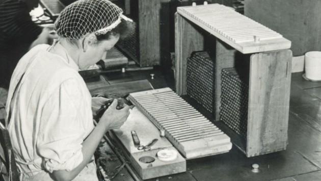 Eine Arbeiterin bei der Zigarrenfabrikation im Jahre 1939. (Bild: Tyrolia Verlag)