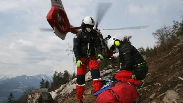 """Eine sogenannte """"abgestützte"""" Landung in der Nähe des Verletzten: Arzt und Retter steigen für die Versorgung aus. (Bild: ARA)"""