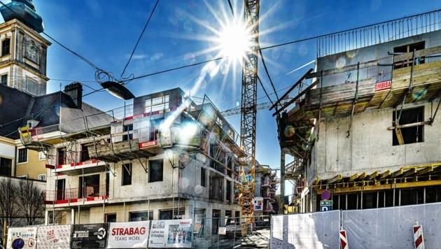 Baukräne und Gerüste bestimmen derzeit das Stadtbild von St. Pölten. Auch in der Innenstadt, etwa am Karmeliterhof oder beim Linzer Tor, wird eifrig gebaut. (Bild: pressfotoLACKINGER)