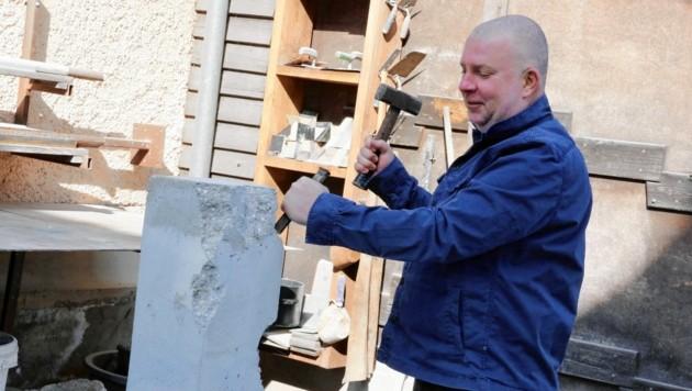 Wolfgang Becksteiner ist bekannt für seine Kunstwerke aus Beton. Auch sein Corona-Denkmal wird aus etwa 10 Tonnen Beton hergestellt. (Bild: Christian Jauschowetz)