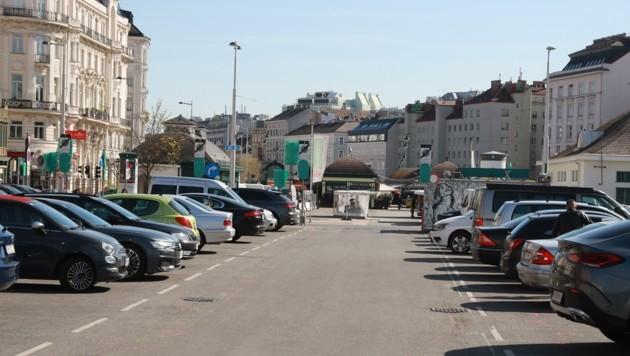 Eine 10.000 Quadratmeter große Asphaltwüste: Der Parkplatz beim Wiener Naschmarkt. (Bild: Zwefo)