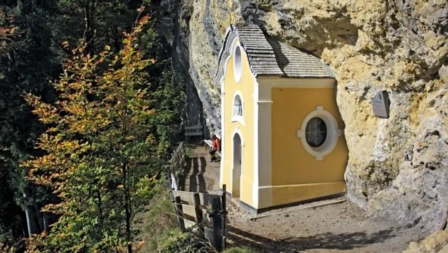 """Die barocke """"Gmailkapelle"""" wurde hoch über St. Johann in Tirol, am Niederkaiser, halb in den Fels gebaut. (Bild: Susanne und Walter Elsner)"""