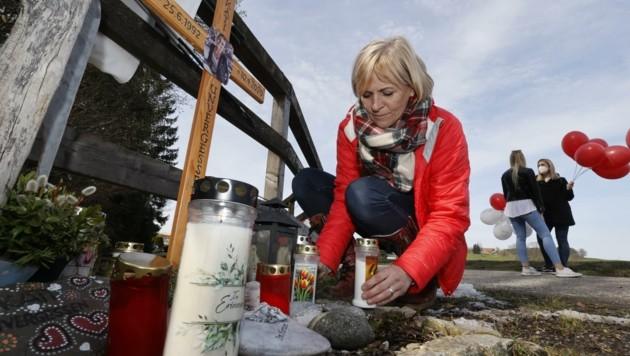 Mutter Sabine Koch-Peterbauer besucht regelmäßig das Marterl für ihre Tochter. (Bild: Tschepp Markus)