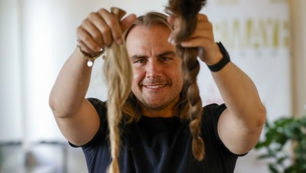 """Seit Jahren ist der Friseur """"Sturmayr Coiffeure"""" Partner des Vereins Haarfee. Dieser knüpft Perücken aus den gespendeten Haaren. (Bild: Tschepp Markus)"""