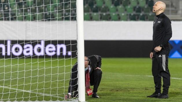 Den vierten Offiziellen, den Finnen Antti Munukka (re.), beschlich beim Qatarifikationsspiel zwischen der Schweiz und Litauen in St. Gallen ein böser Verdacht... (Bild: EPA)