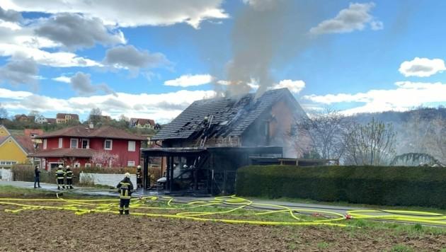 Beim Wohnhausbrand standen vier Feuerwehren im Einsatz. (Bild: Hannes Mörth, FFDL)