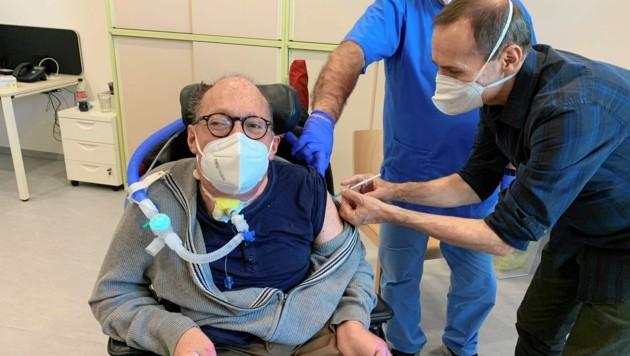 Franz-Joseph Huainigg, Ex-VP-Behindertensprecher und ORF-Beauftragter für Barrierefreiheit, bei seiner Covid-19-Impfung (Bild: zVg/FJH)