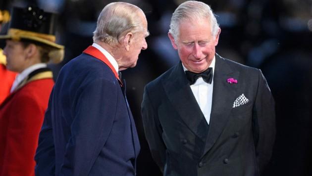 Prinz Philip mit Prinz Charles im Jahr 2016 (Bild: AFP)
