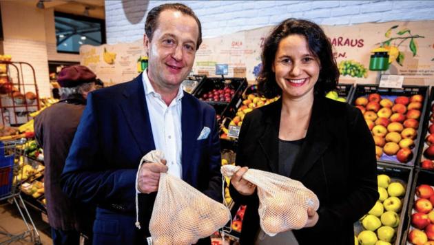 Robert Nagele beim Obststand. Billa kaufte im Vorjahr 62.000 Tonnen Obst und Gemüse ein. (Bild: Billa/Imre Antal )
