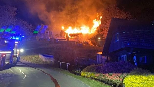 Das Nebengebäude brannte lichterloh. (Bild: FF Bad Gams & FF Stainz)