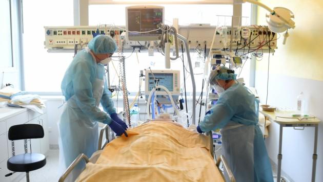 Neun Corona-Patienten werden derzeit in Kärnten auf Intensivstationen betreut (Symbolfoto). (Bild: APA/Helmut Fohringer)