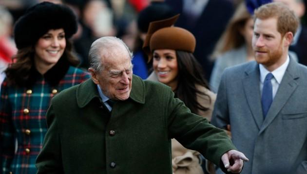 Prinz Philip mit seinem Enkel Prinz Harry sowie den Herzoginnen Kate und Meghan bei der Weihnachtsmesse in Sandringham 2017 (Bild: AFP)