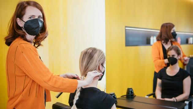 """Die """"Maischön""""-Salons von Birgit Nöckl sind seit vielen Jahren Partner des Vereins """"Haarfee"""". Spenden auch Sie Ihre Haare! (Bild: mathis.studio)"""