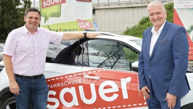 Fahrschulbesitzer Mader mit Landesvize Schnabl (v. li.) (Bild: Herbert Kaefer)