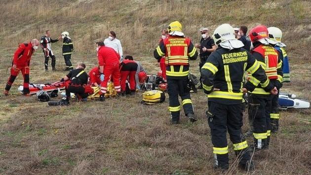 Feuerwehr, Rotkreuz-Sanitäter und das Notarztteam von Christophorus 9 versorgten das Unfallopfer. (Bild: FF Biedermannsdorf)