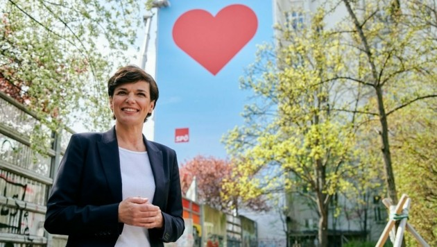 Pamela Rendi-Wagner vor dem roten Herz (Bild: SPÖ/VISNJIC)