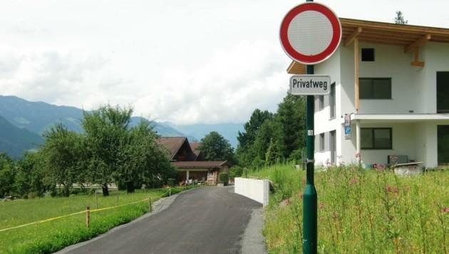 Die illegal gebaute Straße mündet in einen Privatweg - keine Durchfahrt für die Allgemeinheit. (Bild: zVg)