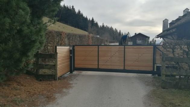 Nichts geht mehr: Das Tor verhindert die Durchfahrt auf dem Privatweg (Bild: Privat)